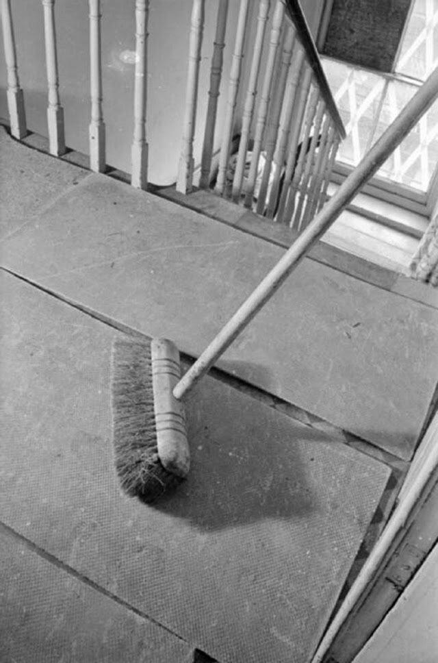 09. Эта фотография демонстрирует большие плиты асбеста на площадке в верхней части дома