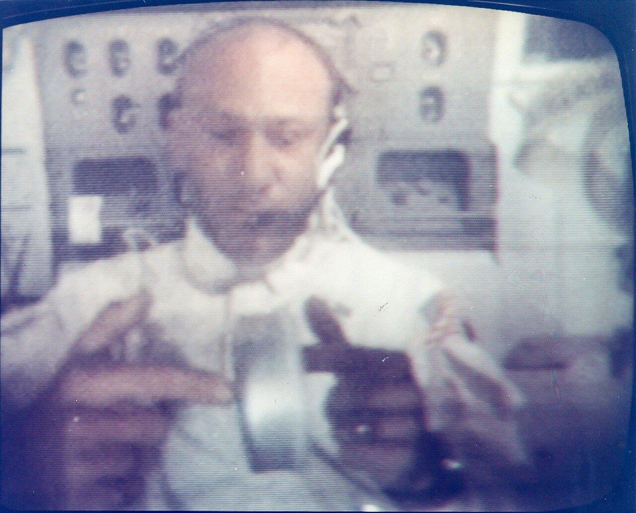 Олдрин на пустой банке продемонстрировал работу гироскопа. Коллинз для детей показал, как ведёт себя вода в невесомости, и объяснил, как экипаж пьёт воду из водяного пистолета