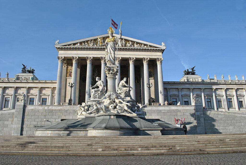 Фонтан Афины Паллады перед зданием Парламента в Вене