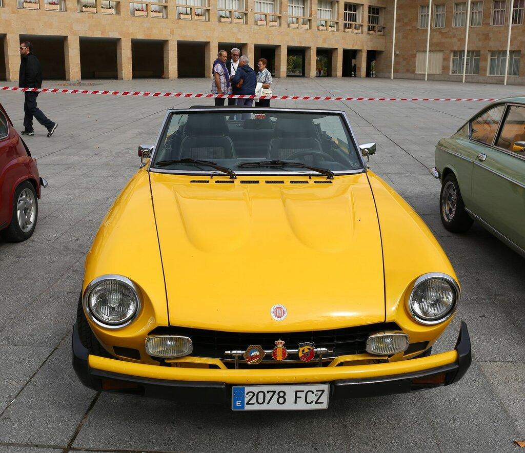 Парад ретроавтомобилей в Логроньо.  Fiat 124 Sport Spider