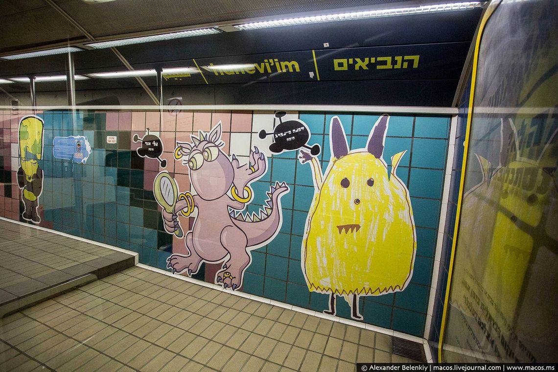 18 Схема единственной линии хайфского метрополитена и необычный знак: не кладите ноги на соседние кр