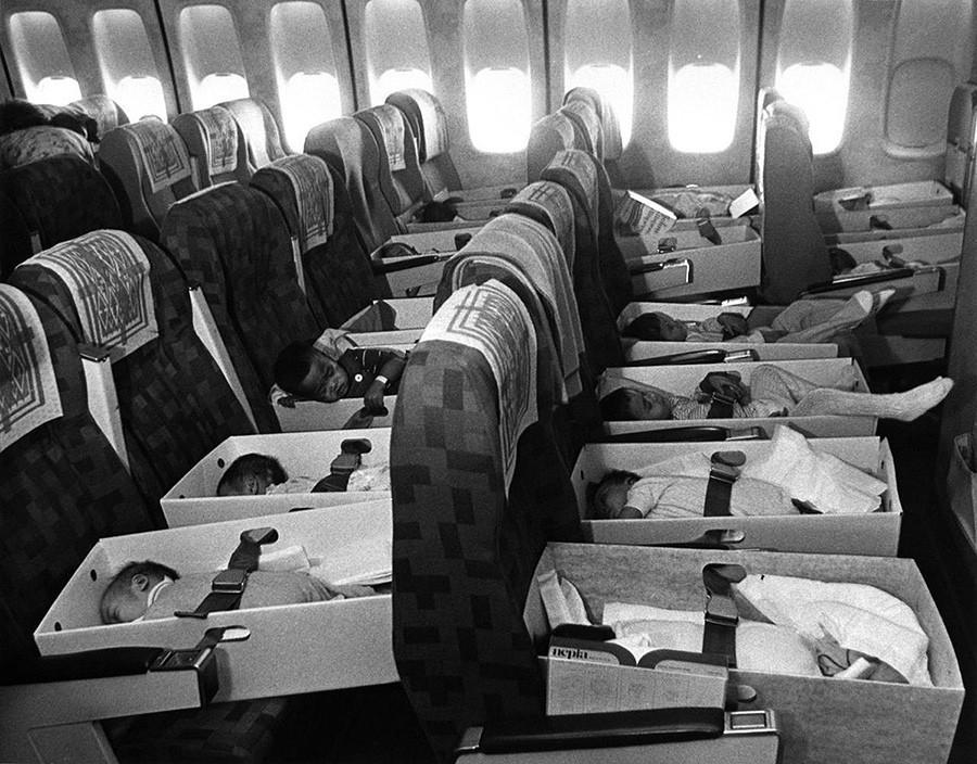 Вьетнамские сироты, родители которых погибли на войне, летят в лос-анджелесский аэропорт. 12 апреля