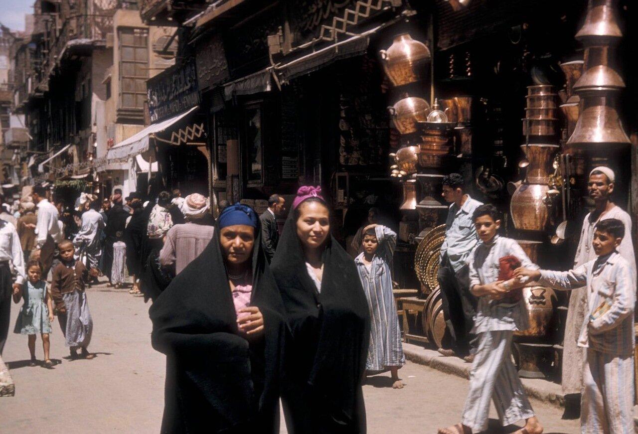 Пешеходы на торговой улице в старом городе