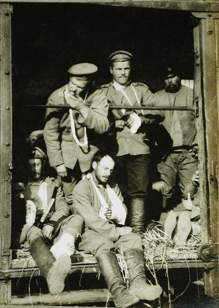 06. Раненые солдаты в вагоне поезда на пути в базовый госпиталь. Польша