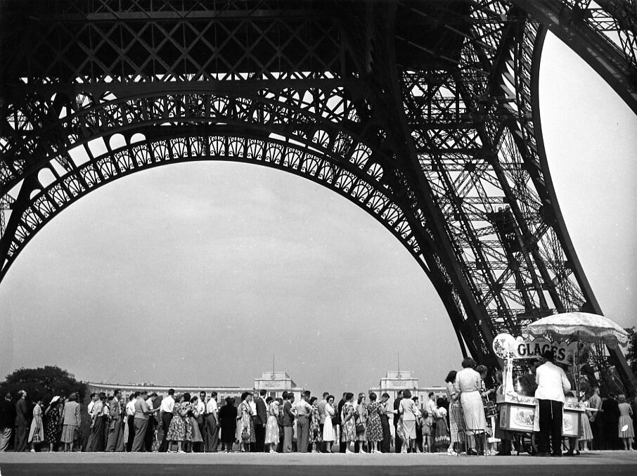 1950. Туристы возле Эйфелевой башни