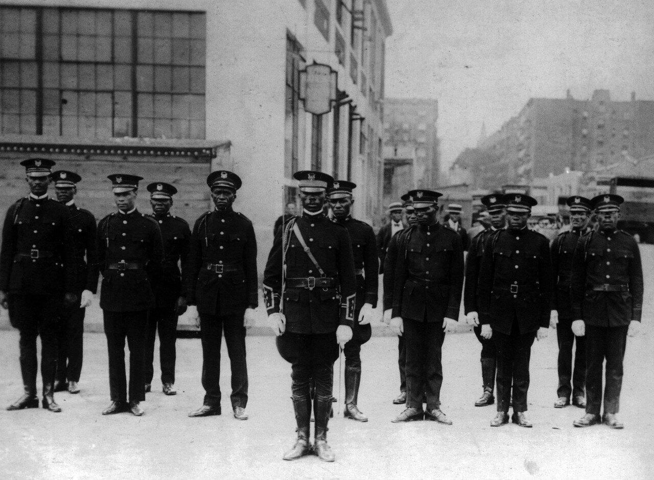 1924.  Африканский легион, вооруженное крыло UNIA (Всемирной ассоциации по улучшению положения негров). Гарлем