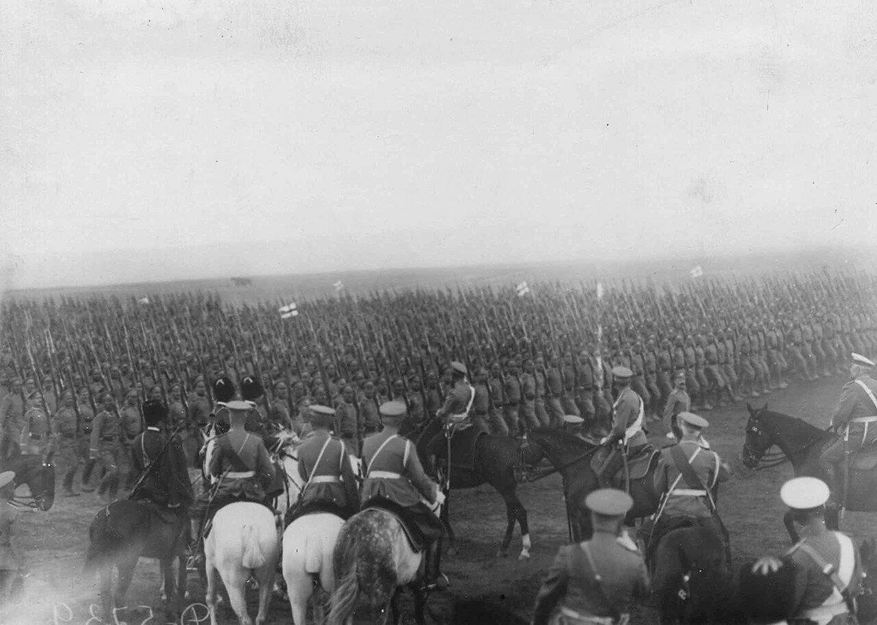 16. Войска на параде проходят маршем мимо императора Николая II и свиты. 30 июля 1912