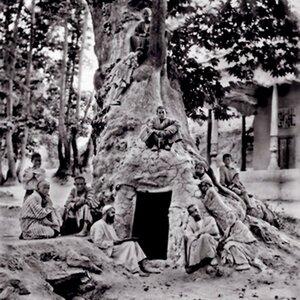 Мусульманская школа в громадном дупле чинары в старинной чинаровой роще Чор-Чинор в 3 км от Ургута (Самаркандская область). Это дерево сохранилось до наших дней.