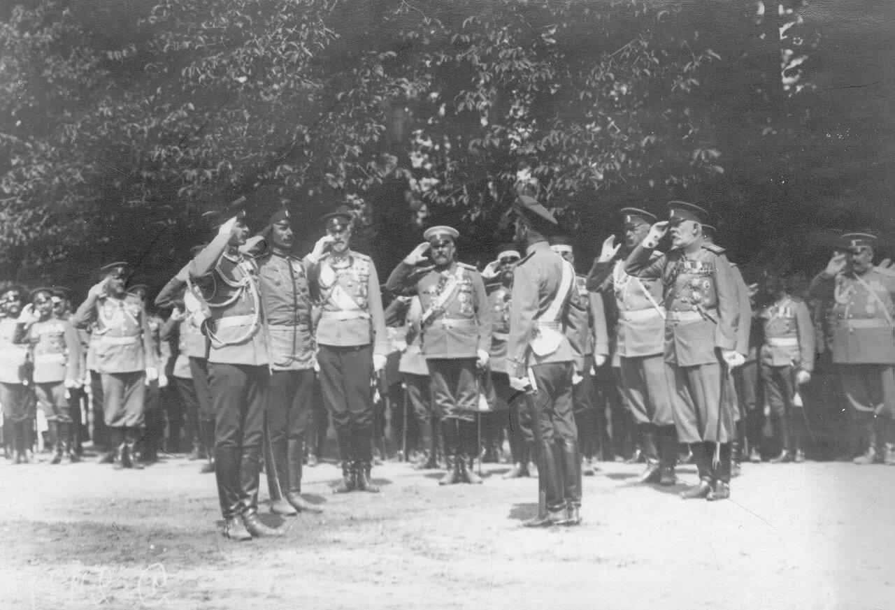 27. Император Николай II беседует с адъютантом и фельдфебелем полка. Петергоф. 29 июня 1913