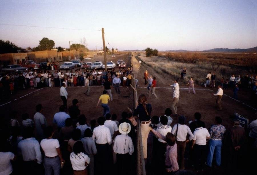Люди играют в волейбол, вместо сетки — граница между США и Мексикой. 1979-й год.jpg