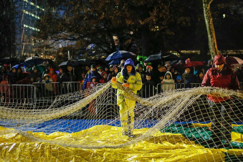 Нью Йорк готовится в параду воздушных шаров на День благодарения