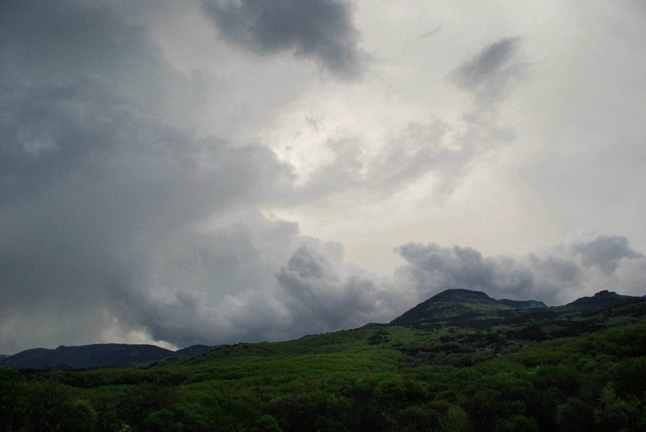 гора пасмурное небо