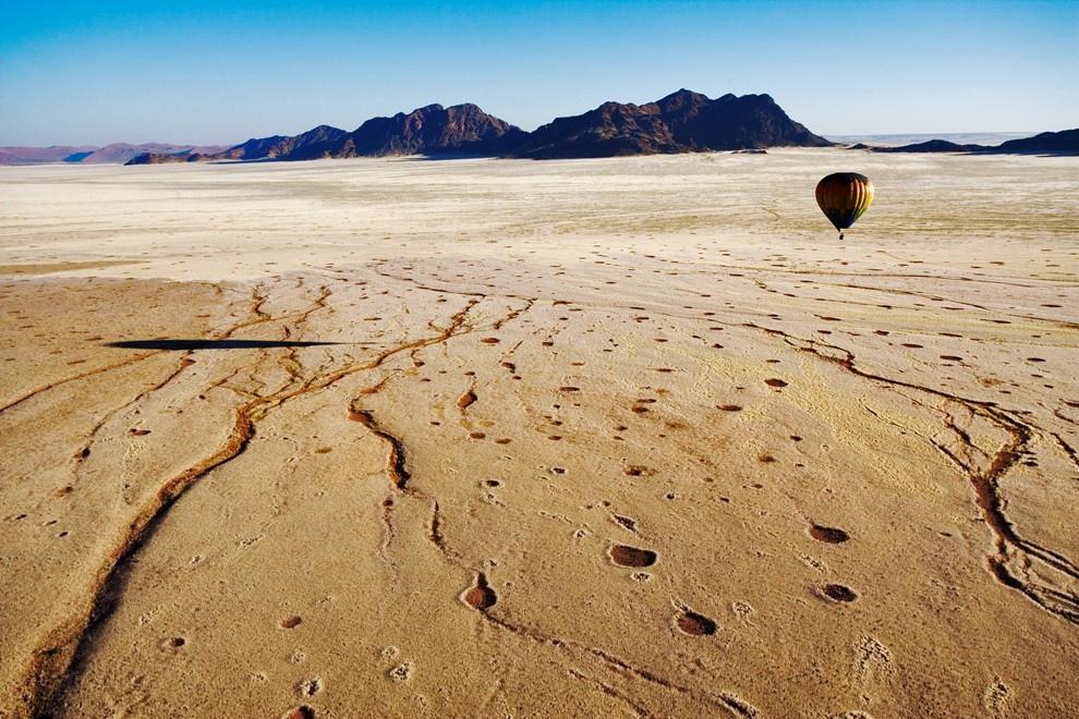 9. Воздушный шар пролетает над пустыней Намиб
