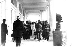 Император Николай II в сопровождении членов императорской фамилии и свиты в Камероновой галерее, слева от него - великая княжна Татьяна Николаевна.