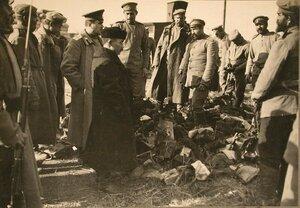 Японский корреспондент (в центре) среди русских солдат и офицеров.