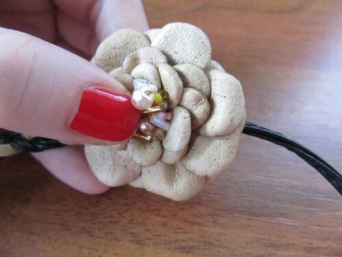 Аксессуар с цветком из кожи