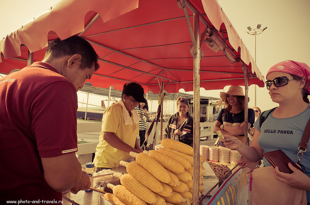18. Вкуснятина на пирсе Bali Hai в Паттайе. Отзывы туристов об экскурсиях в Таиланде. Камера - Никон Д5100. Объектив - широкоугольный Samyang AE 14mm f/2.8. Выдержка 1/320 сек, А, f/9, 14 мм, 200, отключена