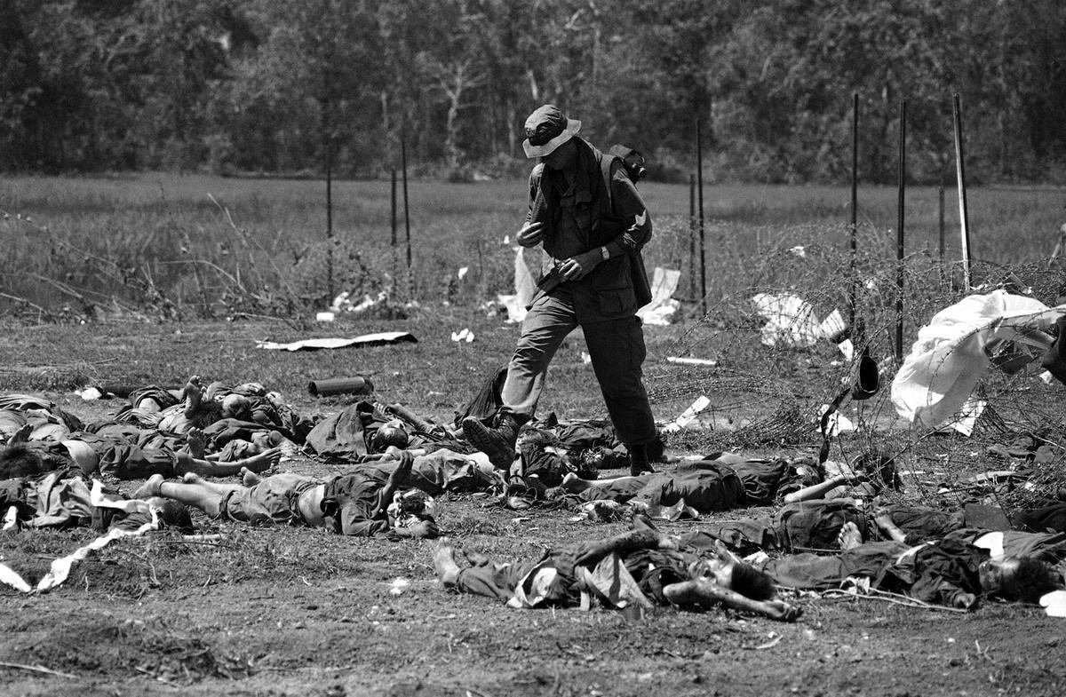 Американский рейнджер перешагивает через трупы убитых солдат в Камбодже (14 мая 1970 года)