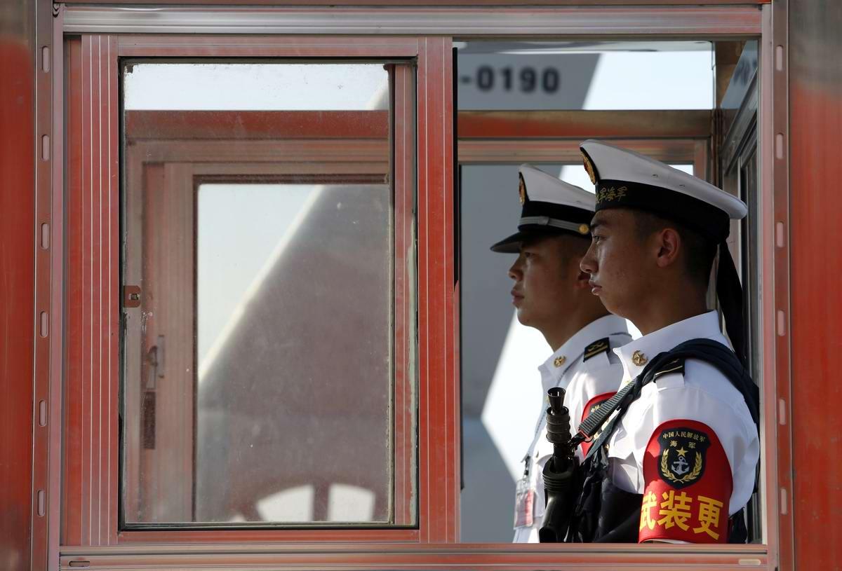 Чужие здесь не ходят: Китайские моряки на контольно-пропускном пункте