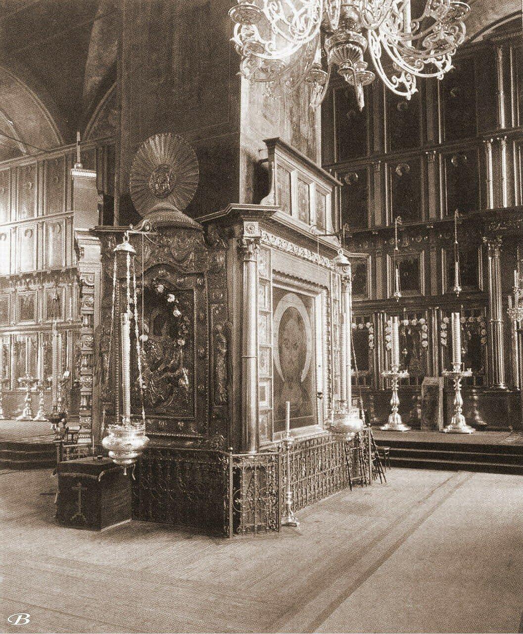 Одна из колонн справа в Покровском храме