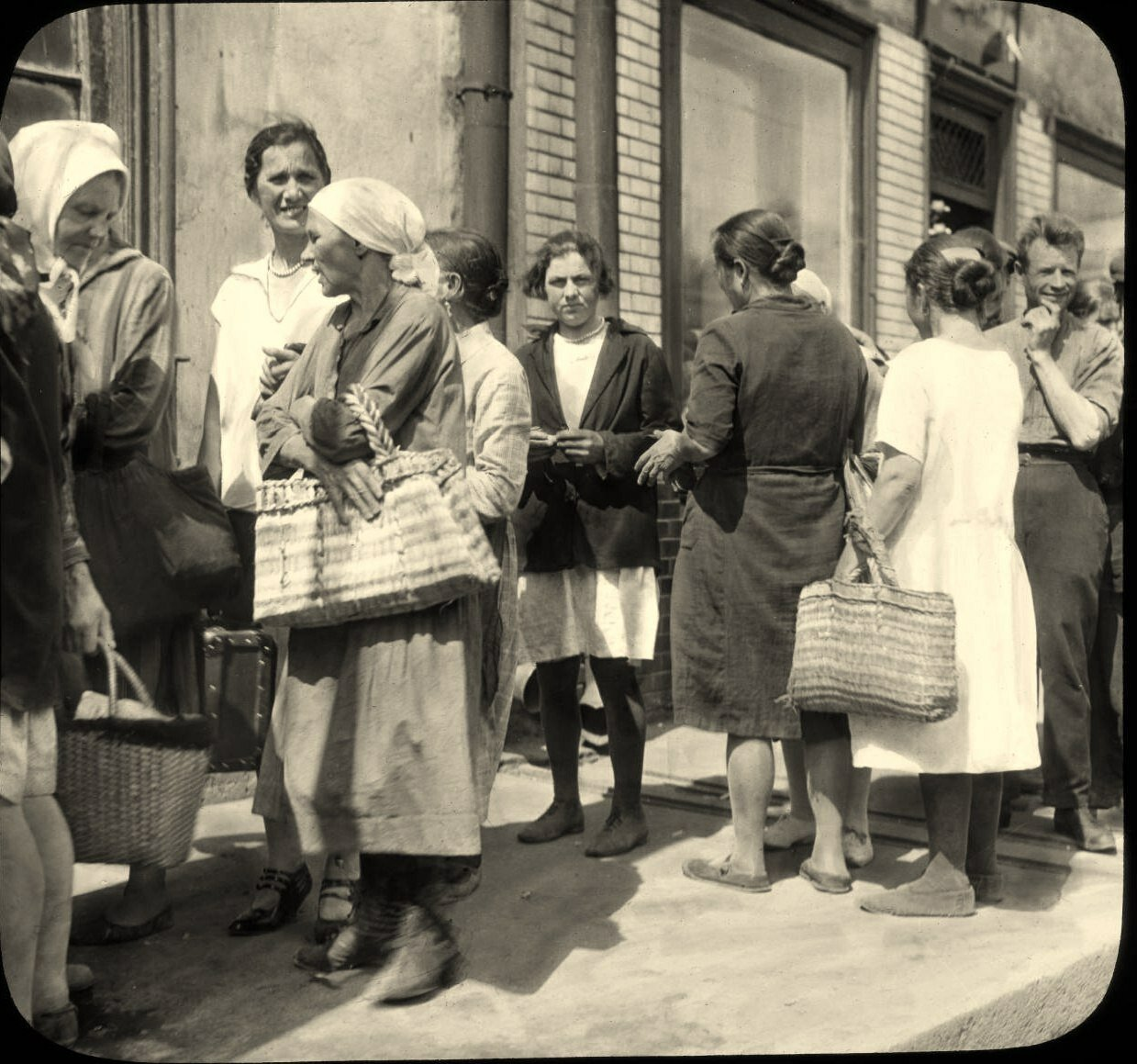 Москва. Уличная сцена с людьми в очереди