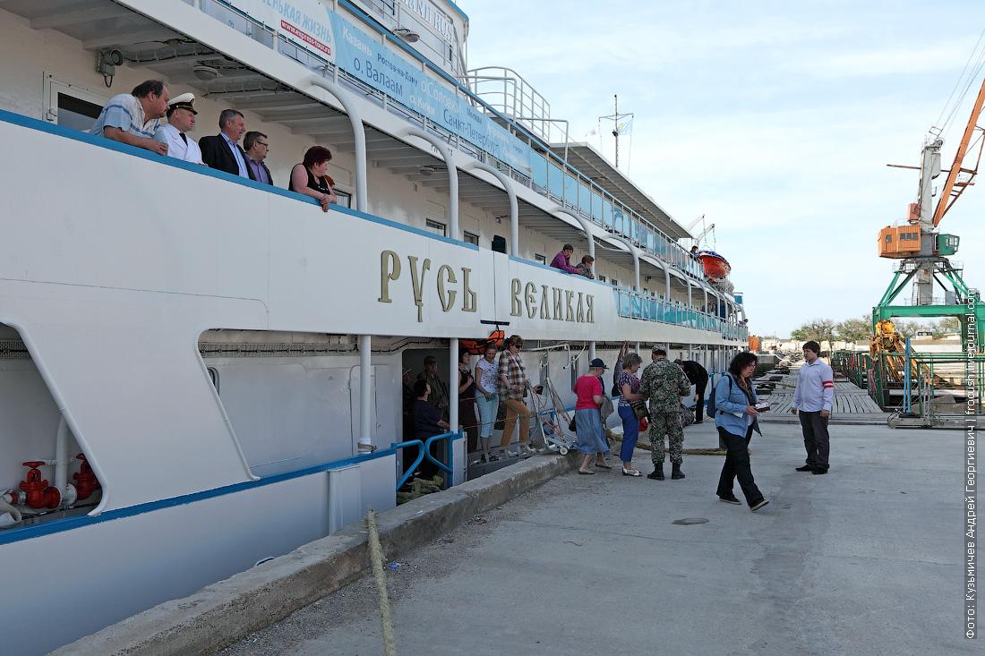 туристы теплохода Русь Великая сходят на берег в казахском порту Баутино