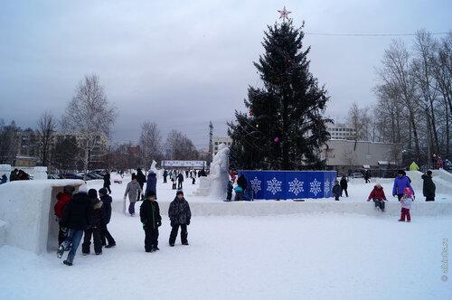Новогодняя елка перед ОАО Златмаш