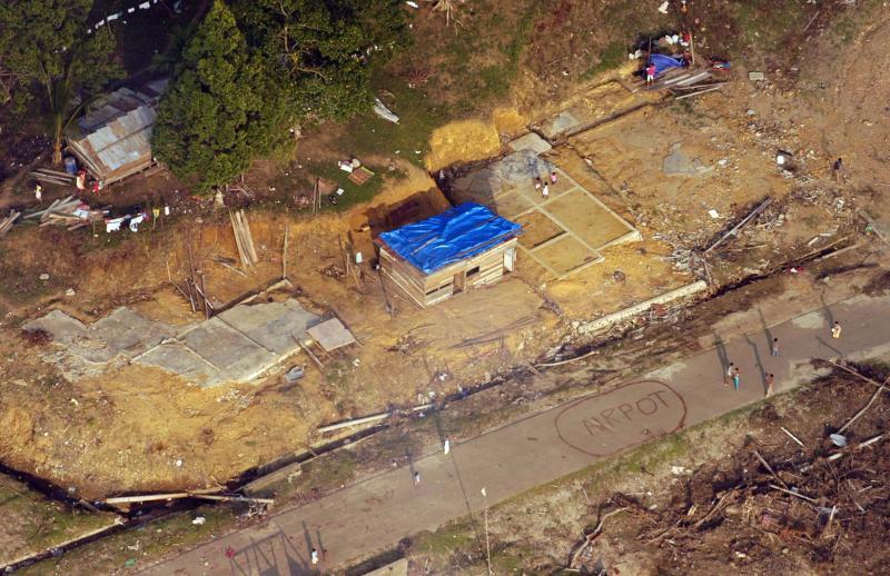 26. Вид с воздуха недалеко от побережья на острове Суматра, Индонезия. Недалеко разрушен завод выпус