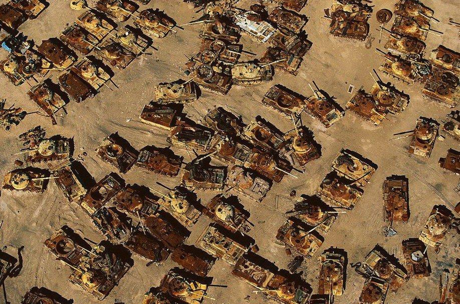 12. Кладбище иракских танков в пустыне на территории Кувейта.