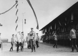 Великий князь Николай Николаевич (на первом плане) с группой офицеров на параде.