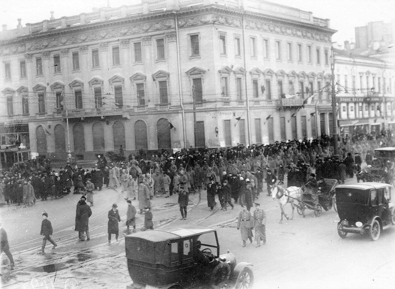 15. Австрийские военнопленные под конвоем, окруженные толпой любопытных, идут по Невскому проспекту