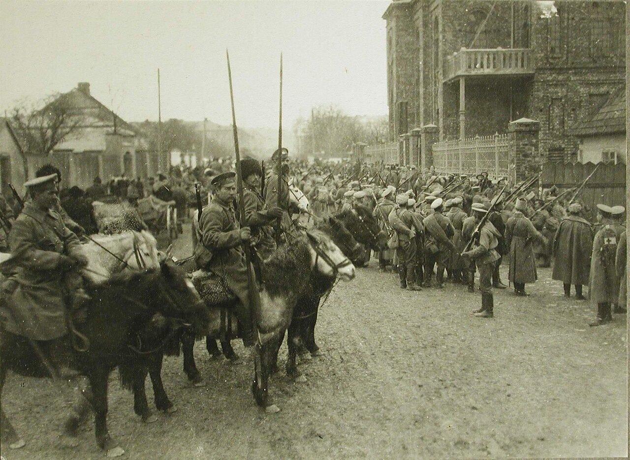 42. Солдаты армейских частей и казаки на одной из улиц г.Кельце, занятого русскими войсками во время наступления. Октябрь