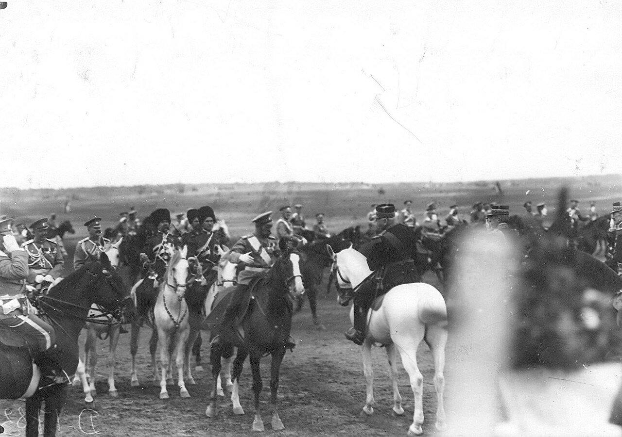 10. Император Николай II и начальник французского генерального штаба генерал Жоффр во время смотра войск. 25 июля 1913
