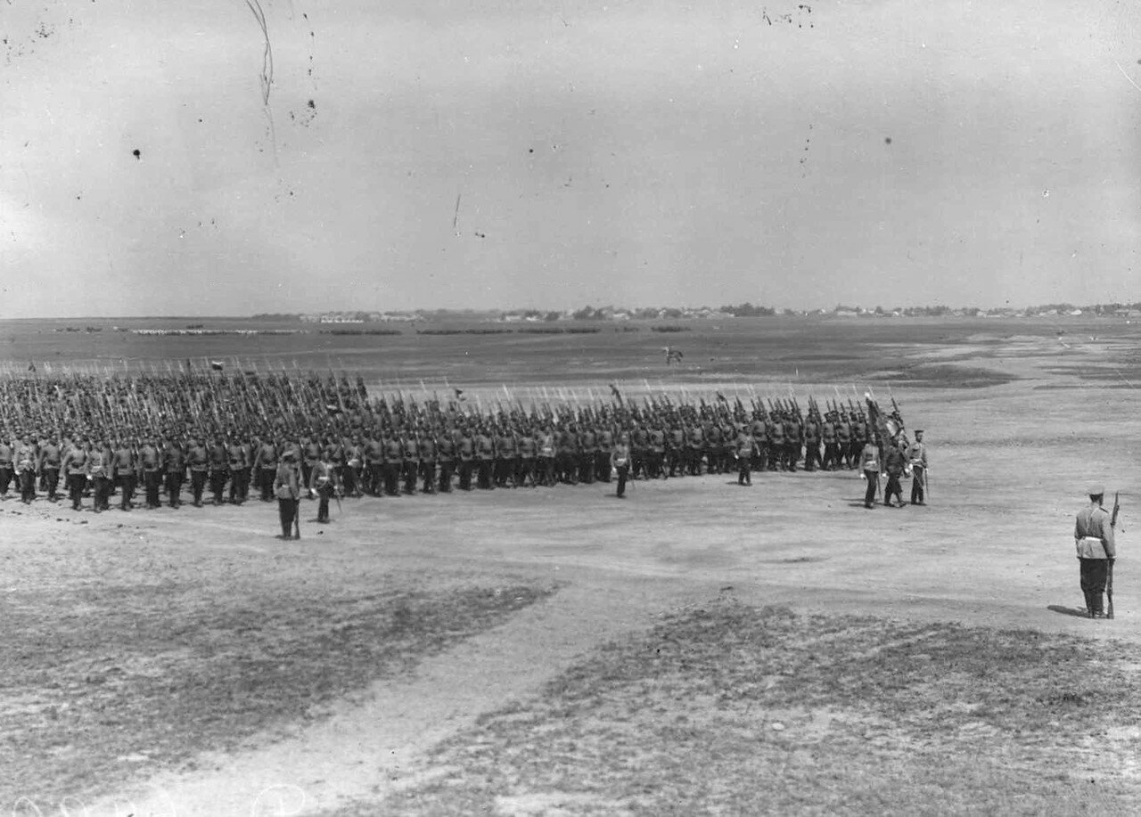 35. Войска лагерного сбора проходят церемониальным маршем по военному полю. 25 июля 1913