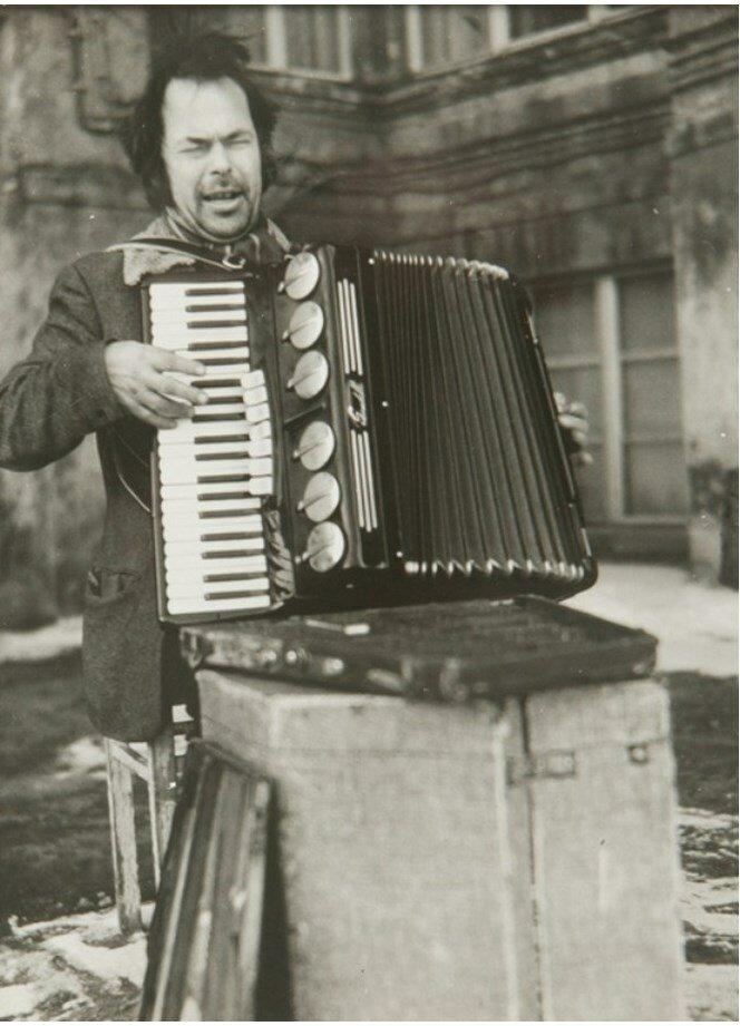 1960. Уличный музыкант
