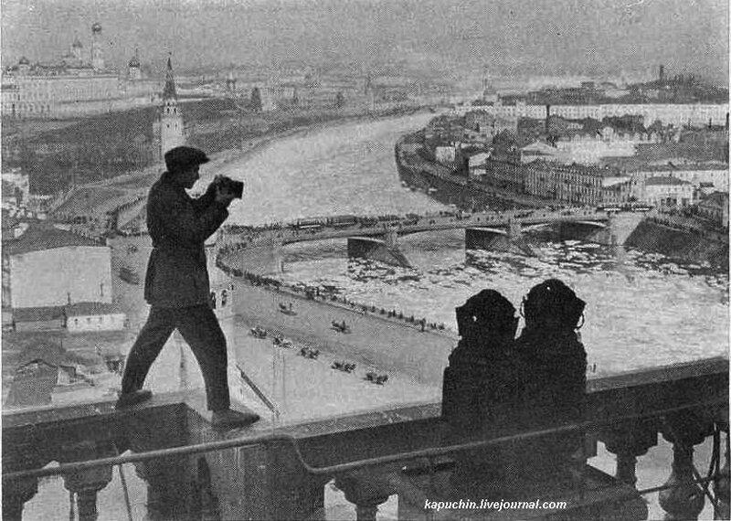 1927 Фоторепортер на съемке ледохода на Москве-реке.jpg