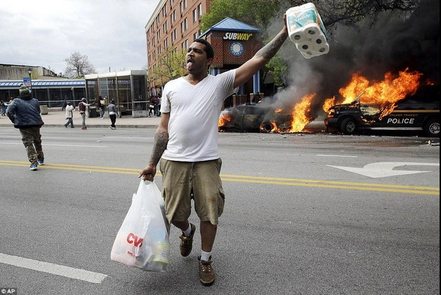 мужчина участвует в акции протеста