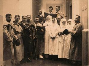 Хор,состоящий из раненых офицеров и сестер милосердия,во время репетиции.