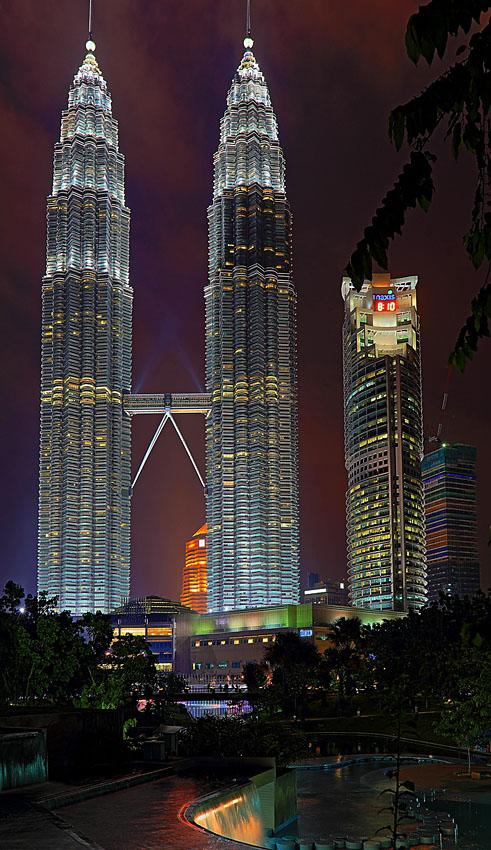 Фото 1. Башни Петронас (Petronas Twin Towers) в Малайзии. Пример фотографии на камера Canon EOS 6D.