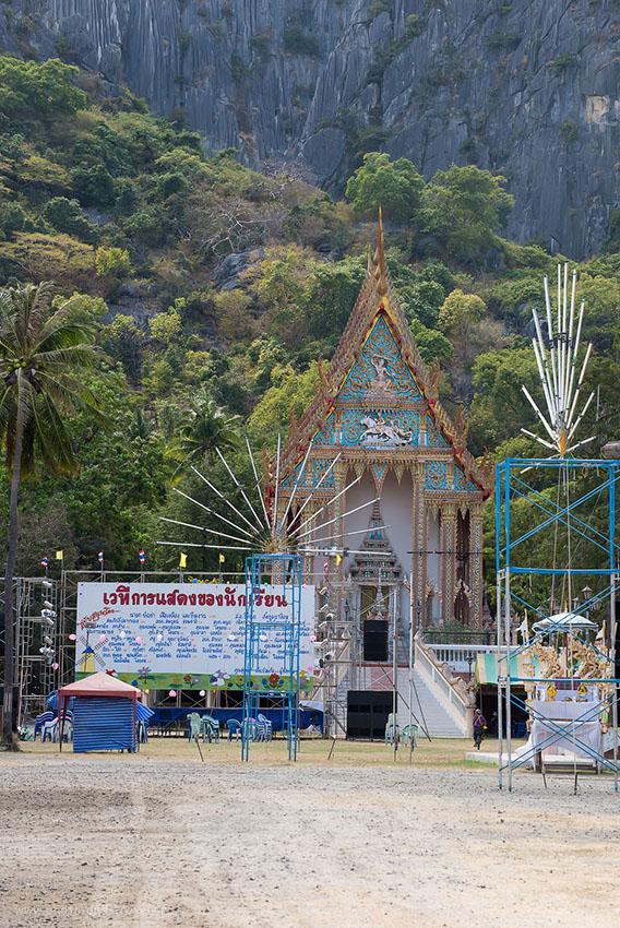 Фото 13. Храм Ват Даенг (Wat Daeng) у основания одноименной горы. Поездка по окрестностям Хуахина (1250, 116, 10.0, 1/640, телевик Nikkor 70-300)