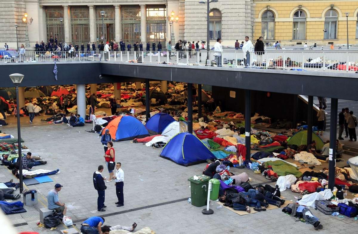 Штурм Будапешта: Мигранты с Ближнего Востока на ж/д вокзал венгерской столицы (2)