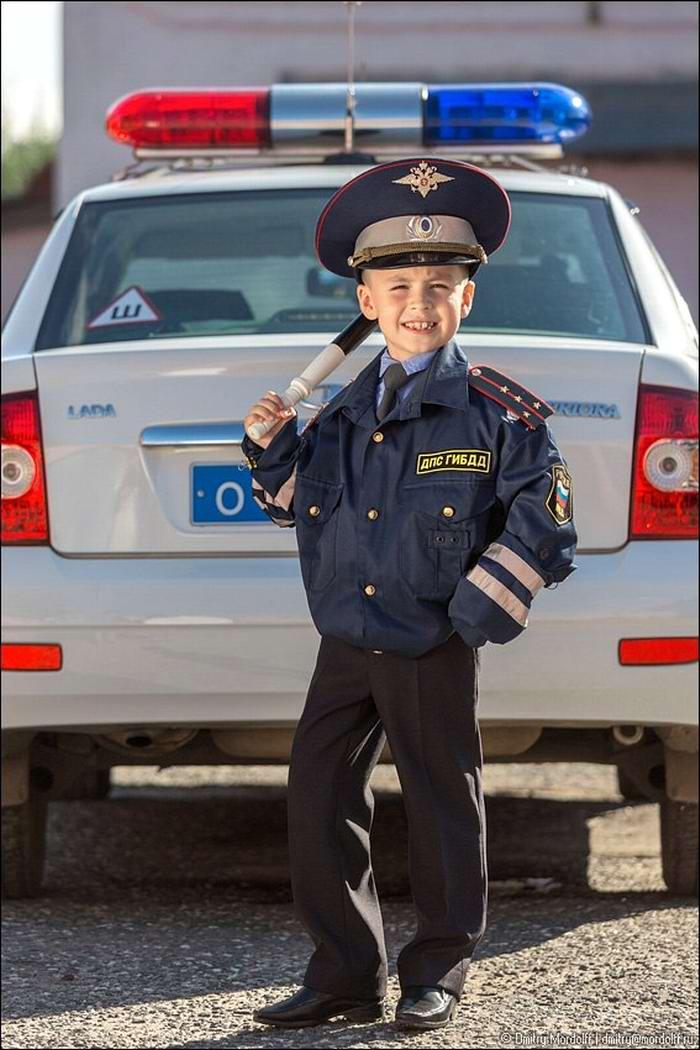 Дети на снимках из серии Люди мужественных профессий: полицейские и космонавты (12)
