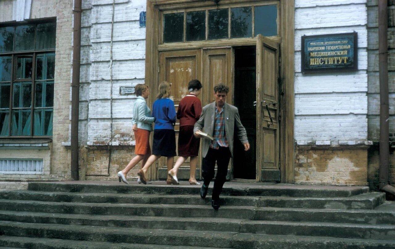 Хабаровск. Студенты у входа в Медицинский институт