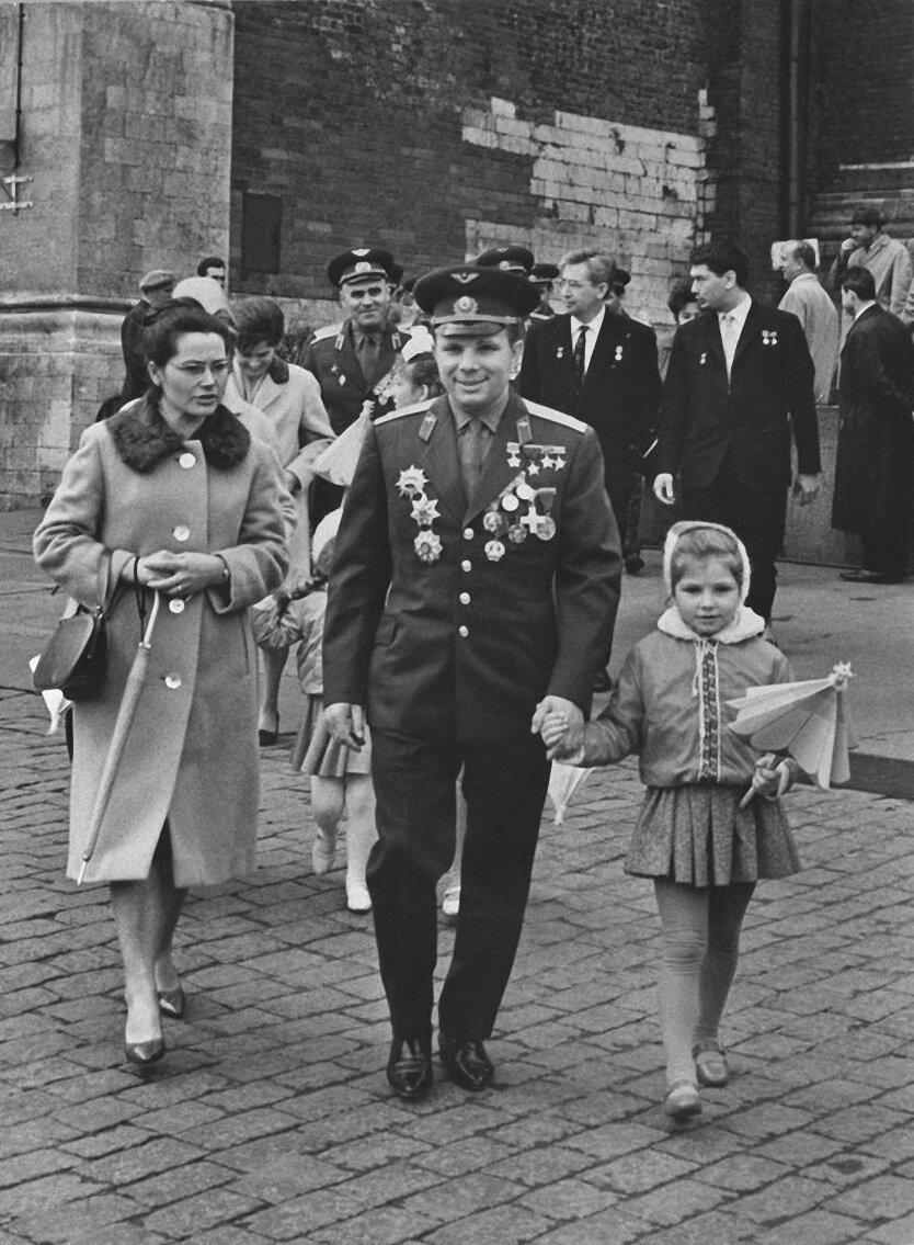 1961. Юрий Гагарин с женой и дочерью