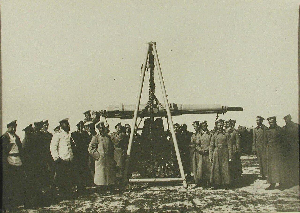 18. Группа офицеров и юнкеров у орудия во время занятий в крепостном парке. Красное Село