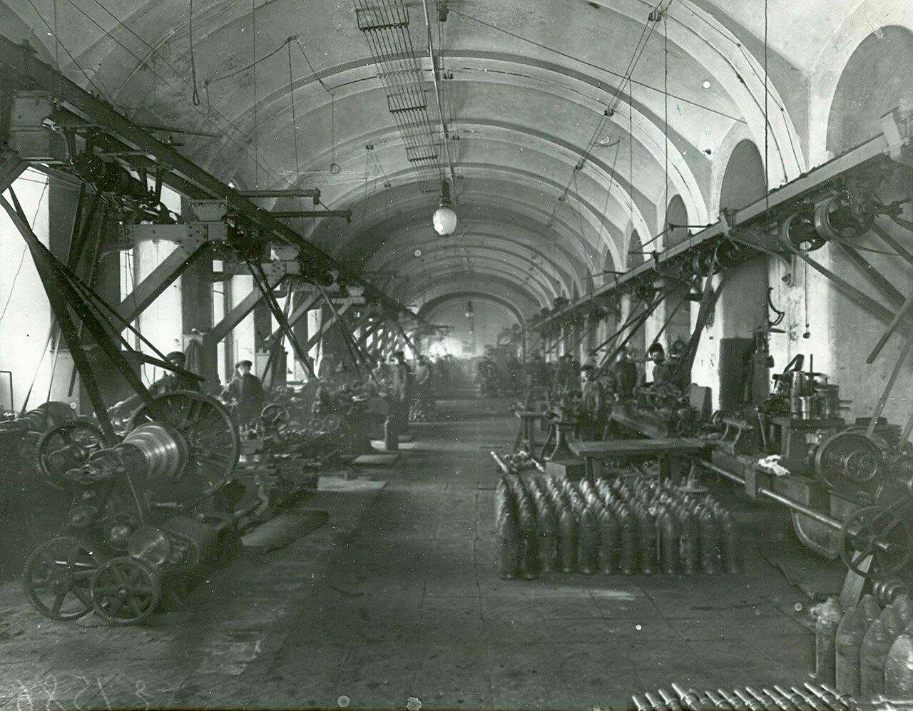 18.Внутренний вид одной из мастерских завода (впереди справа стоят готовые артиллерийские снаряды). 21 апреля 1914