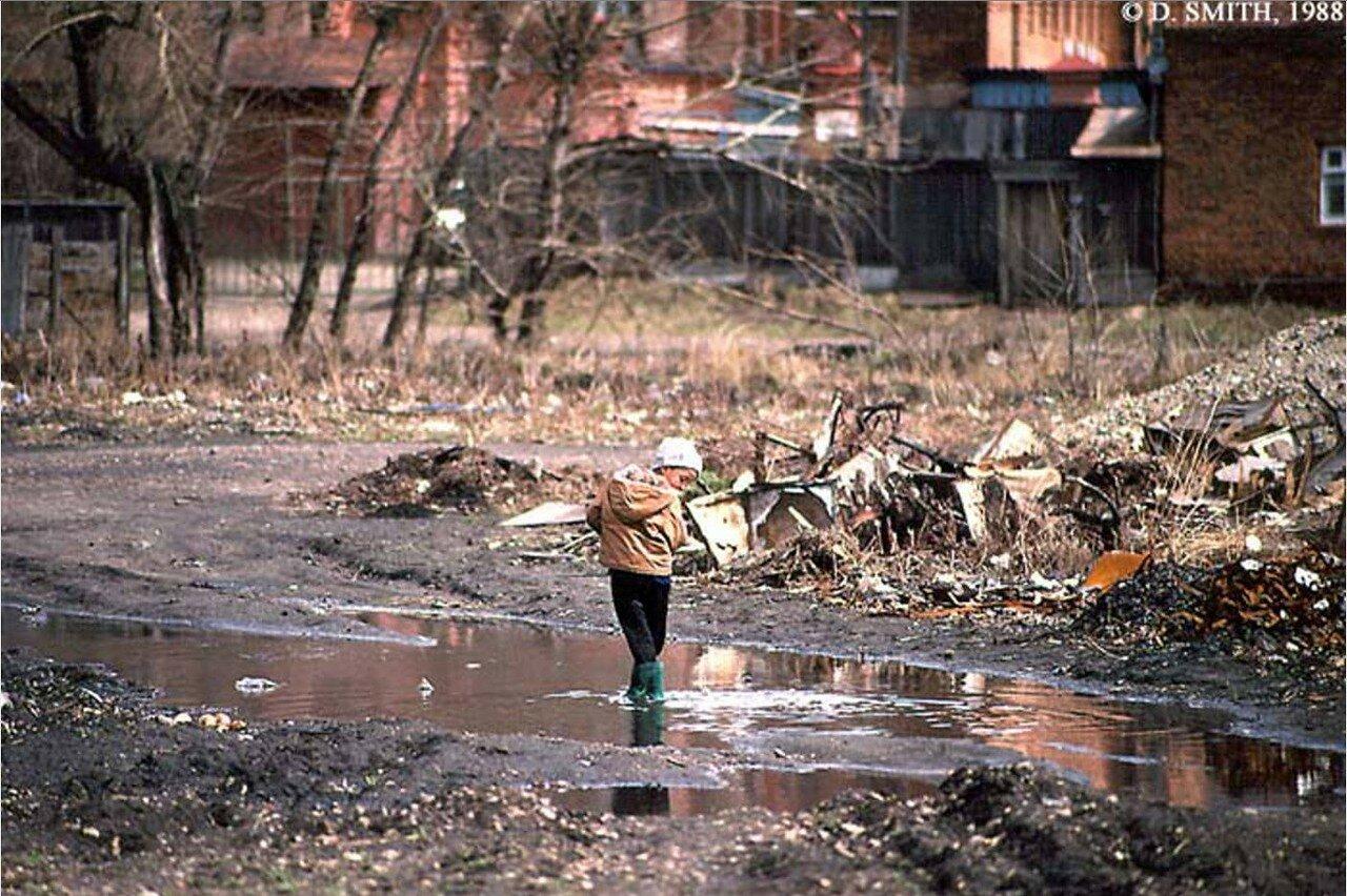Ребенок во дворе домов между улицами Фурье и Чехова