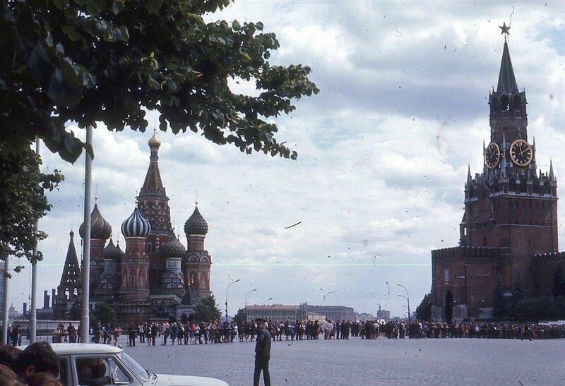 Москва. Очередь в Мавзолей Ленина на фоне собора Василия Блаженного.