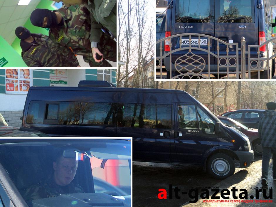 Бойцы ОМОН ездят на свадебном микроавтобусе?