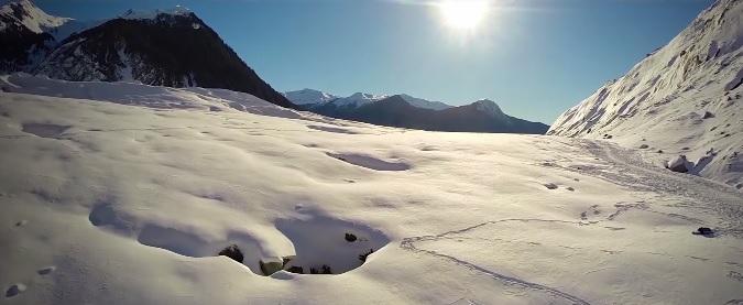 Ледник и ледяные пещеры под крылом беспилотника